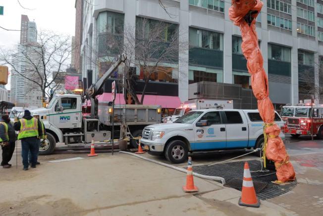 電力公司和市消防局封路檢修。(記者張晨/攝影)