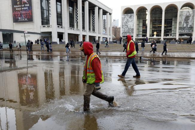 水管爆裂導致路面被淹。(美聯社)