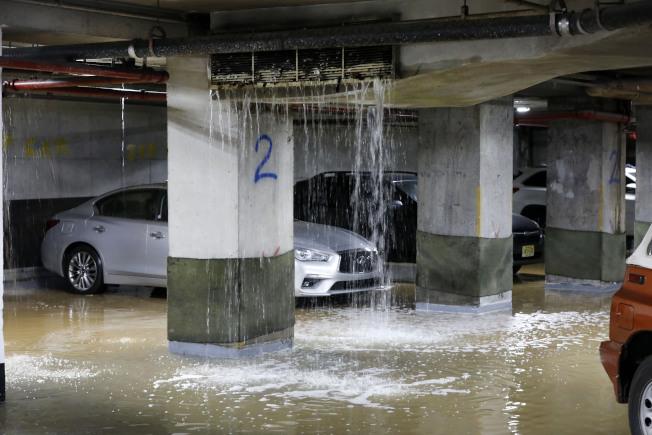 水管爆裂導致地下停車場被淹。(美聯社)