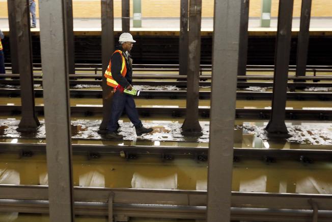水管爆裂導致地鐵站積水。(美聯社)