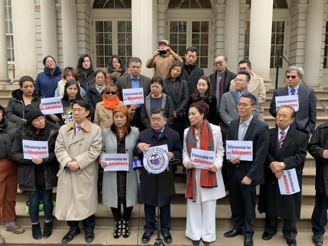 顧雅明(發言者)呼籲國會通過「2019年被收養人公民法案」,允許超齡被收養者獲得公民身分。(記者和釗宇/攝影)