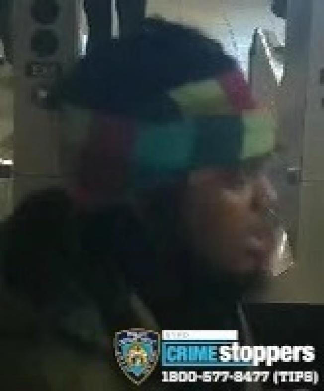 非洲裔男子涉嫌在地鐵站搶亞裔少年的手機並轉帳,被警方通緝。(警方提供)