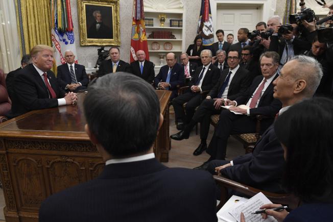 经过三年的谈判,美中终将于15日在华府签署第一阶段贸易协议。图为2019年1月,川普总统在白宫接见中国副总理刘鹤等谈判代表成员,当时双方正在深入谈判经贸问题,但仍无结果。(美联社)
