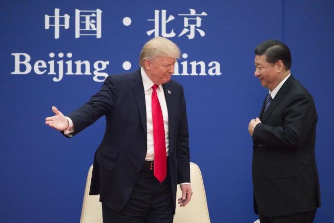 經過三年的談判,美中終將於15日在華府簽署第一階段貿易協議。圖為2017年11月川普總統到北京訪問受到習近平主席盛情接待,此時雙方對經貿問題仍在初次交手。(美聯社)