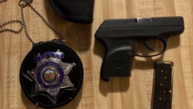 聖縣警員把警章和裝滿子彈的魯格手槍遺忘在短租屋內,被兒童發現。(電視新聞截圖)