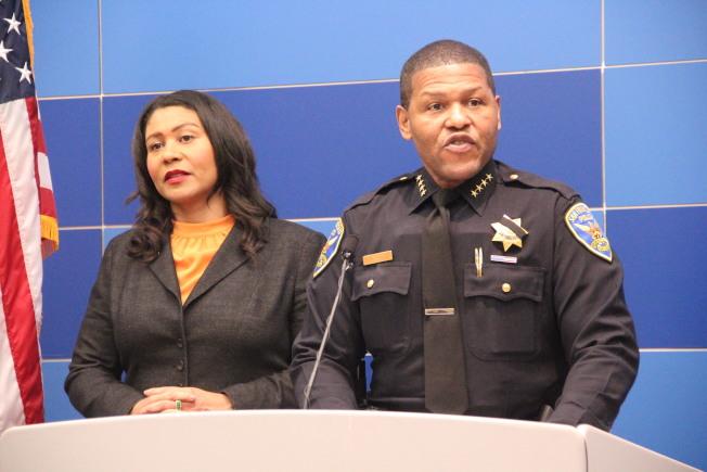 布里德(左)與警察局長史考特舉行發布會。(記者李晗╱攝影)