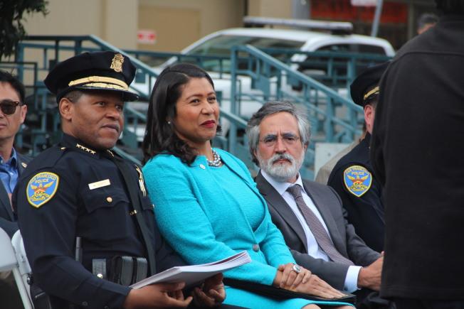 華埠安全夜活動上,左起舊金山警察局長史考特,市長布里德,和市議員佩斯金。(記者李晗╱攝影)