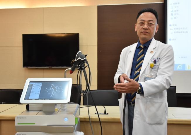 小港醫院龍震宇副院長介紹低能量震波方法,提供患者治療新選擇。(記者徐如宜/攝影)