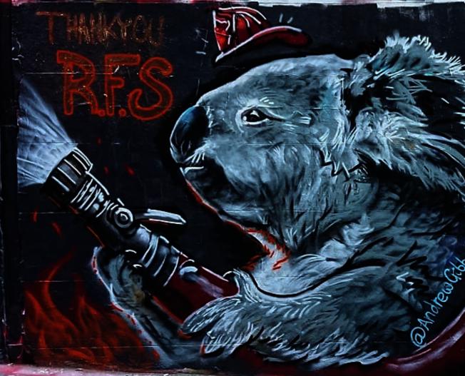 澳洲藝術家特別創作一幅無尾熊消防員的塗鴉。圖/截自Instagram