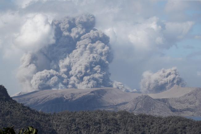 菲國塔爾火山12日起大量噴發蒸汽、火山灰及石塊,圖為13日當地景象。歐新社