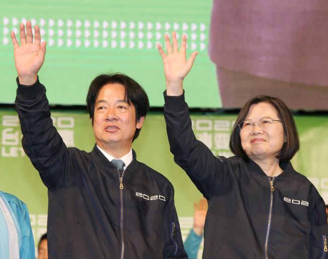 在中國持續打壓台灣的情況下,總統蔡英文仍壓倒性勝選順利連任。圖為總統蔡英文(右)和民進黨副總統候選人賴清德(左)在11日勝選後登台,向支持者揮手致意。中央社