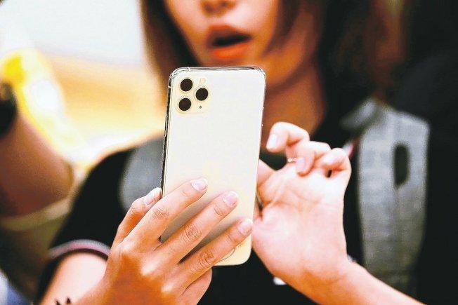今年新款iPhone其中可能有5.4吋版本,具備臉部辨識功能。(路透社)