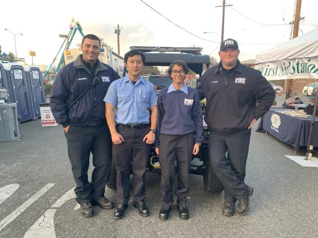 蒙市消防局大隊長Scott Kelly(右一)與到場的消防局工作人員,為民眾處理現場危機。(記者高梓原╱攝影)