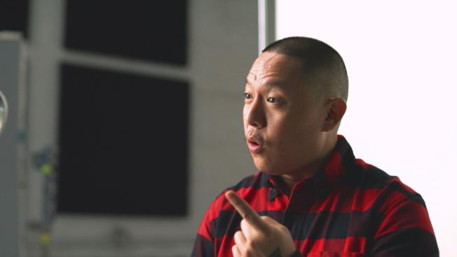 一群亞裔人士,14日正式發起一場社群媒體運動,希望推翻「中國食物含味精、吃了會讓人生病」的刻板印象。圖為紐約餐館老闆、大廚兼作家黃頤銘為此運動拍攝視頻。(美聯社)