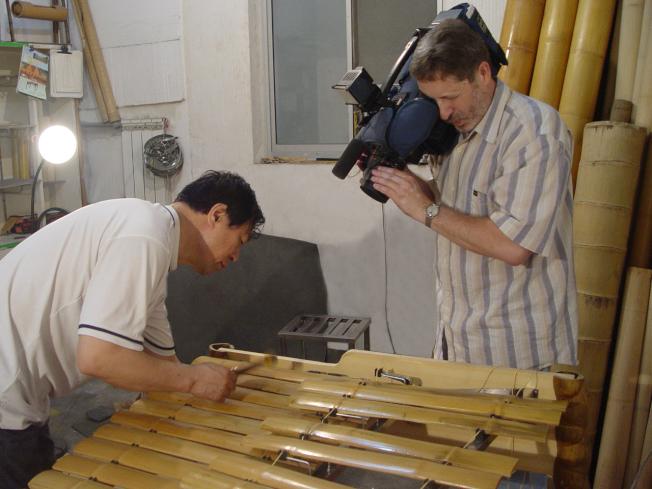 王巍(左)用竹子製作樂器。(竹樂團提供)