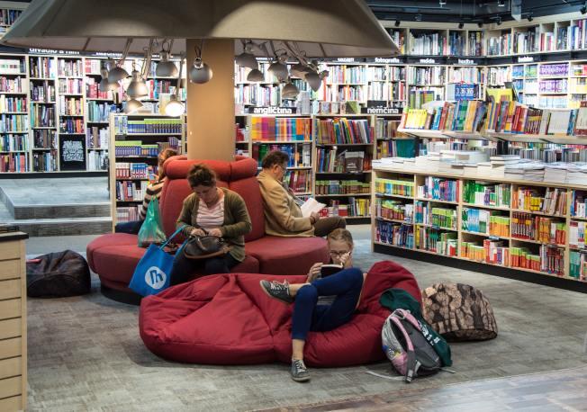 上圖書館做為休閒娛樂,好處多多。(Pexels)