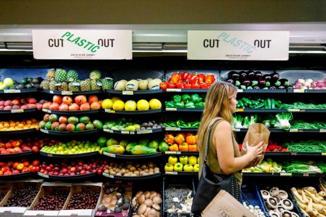 只買特價食材烹煮三餐,可以省下飲食開銷。 (Getty Imagets)
