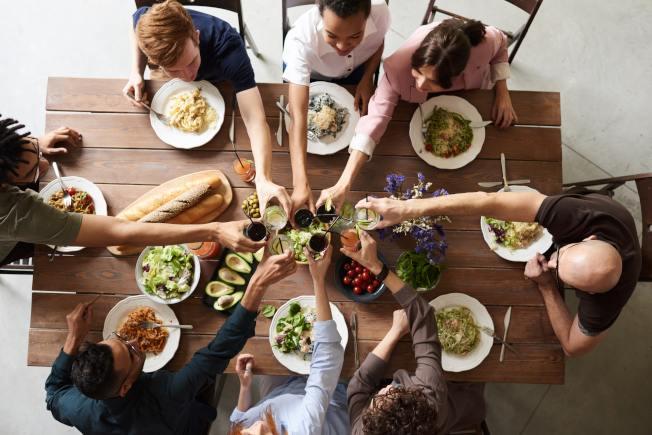 在家舉辦派對或聚餐,歡樂有趣又省錢。(Pexels)