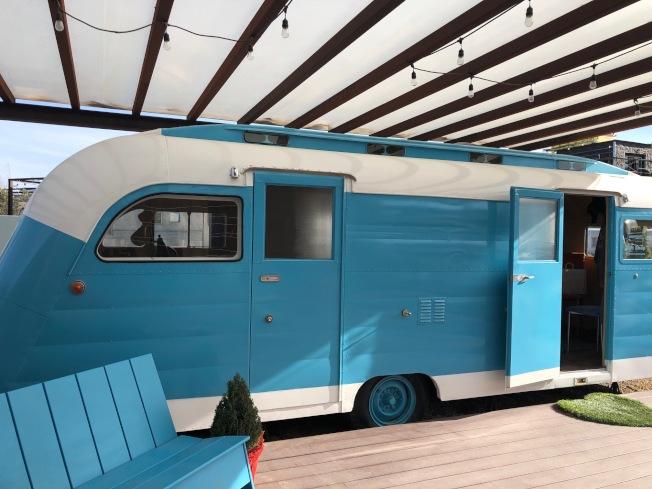 藍色的可愛房車被改造成禮品店。(記者張宏/攝影)