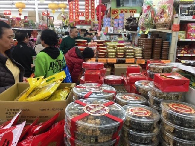 各大超市的年貨貨豐量足。(記者楊青/攝影)