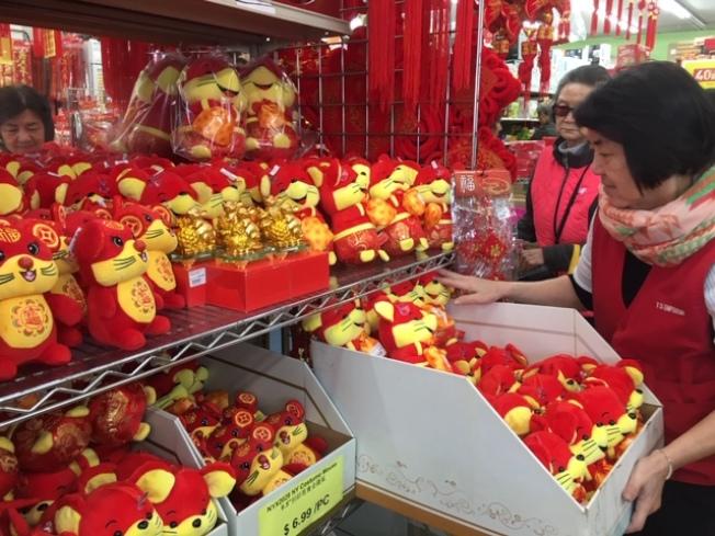 2020年農曆鼠年,各種以鼠玩偶受到歡迎。圖為店員抓緊人潮減緩間隙趕緊補貨。(記者楊青/攝影)