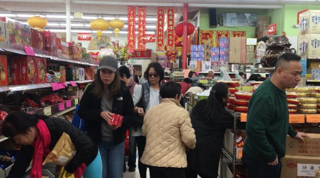 聖蓋博谷各大華資超市和參茸行年味正濃,採辦年貨的人潮絡繹不絕。(記者楊青/攝影)