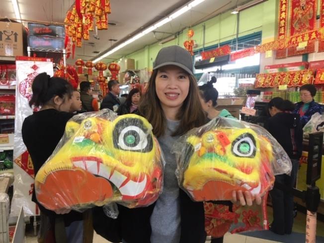 來自聖地牙哥的王女士專程到華資參茸行採購獅子頭和年貨,準備和雙胞胎兒子幼稚園的孩子們一起歡度中國新年。(記者楊青/攝影)