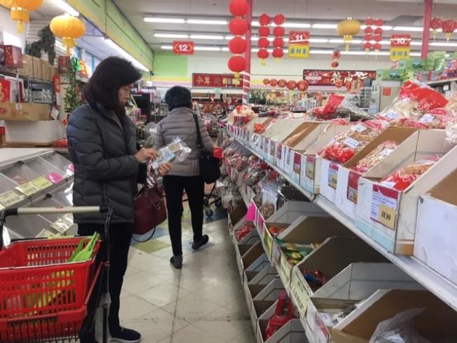 民衆在華資參茸行購買各種年菜食材和送禮海味。(記者楊青攝影)
