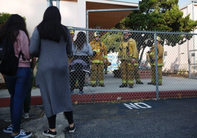 家長趕到學校,要接走學生。(取自LA Times)