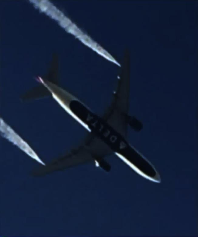 89號航班在空中緊急放油。(取自推特)