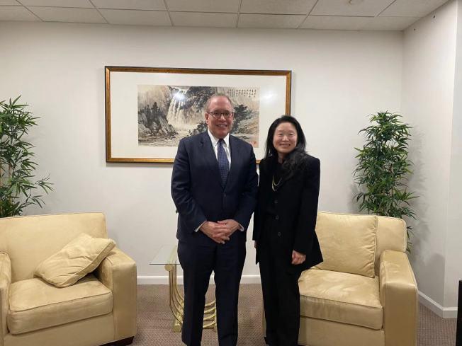 斯靜格(左)14日拜訪世界日報,由執行董事李德怡(右)接待。(記者牟蘭/攝影)