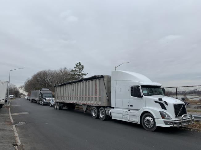 112分局日前大動作拖吊占停居民車位的卡車後,14日仍有不少卡車回歸森林小丘。(記者賴蕙榆/攝影)