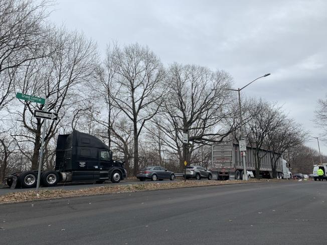 112分局日前在森林小丘大動作拖吊占停居民車位的卡車後,14日仍有不少卡車回歸。(記者賴蕙榆/攝影)