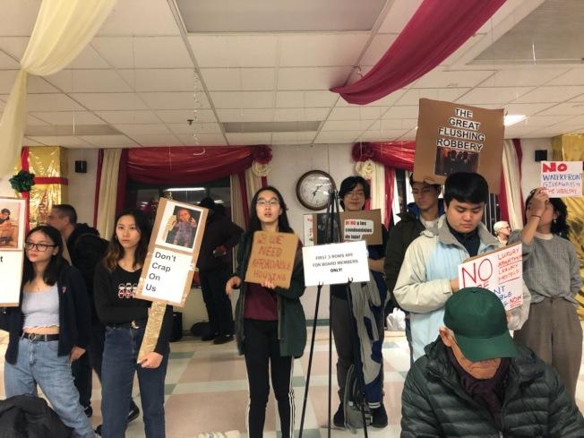 民權中心成員日前在第七社委會會議上舉牌抗議,反對千套豪華公寓入法拉盛。(記者賴蕙榆/攝影)
