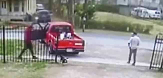 監視錄影顯示,搶匪從左方靠近受害人赫南德茲時,小狗Ace轉身狂吠示警。(abc NEWS截圖)