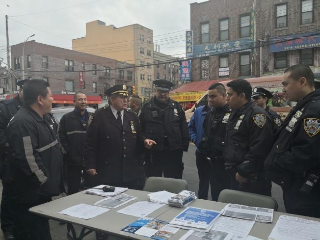 蕭爾(左三)在8大道指揮警員與民安隊隊員展開止罪教育活動。(記者黃伊奕/攝影)