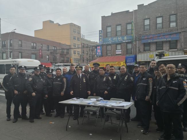 蕭爾(左十)與柳寶枝(左七)在8大道進行春節防止罪案宣傳活動。(記者黃伊奕/攝影)
