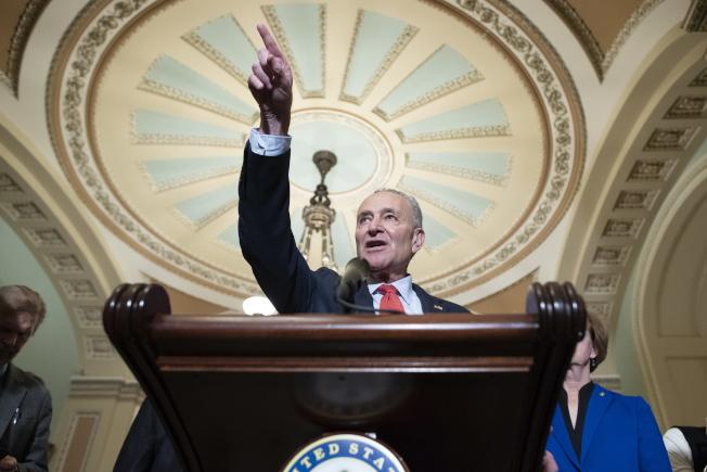 參院少數黨領袖舒默堅持,參院在審理彈劾川普總統案時應傳召新的證人。(歐新社)