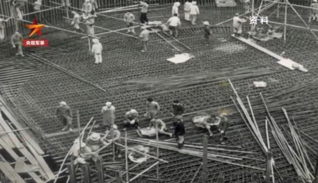 當年工人工作畫面。(視頻截圖)