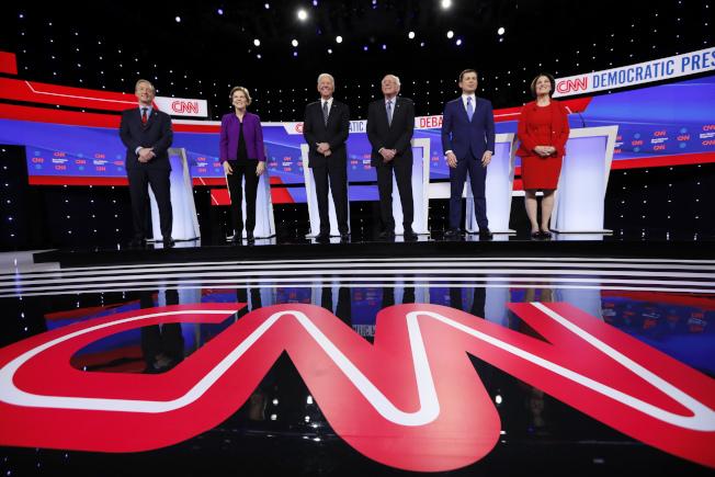 民主黨總統候選人初選第七場辯論在愛阿華登場。圖左起:億萬富豪史泰爾、參議員華倫、前副總統白登、參議員桑德斯、南灣市長布塔朱吉及參議員柯洛布查。(美聯社)