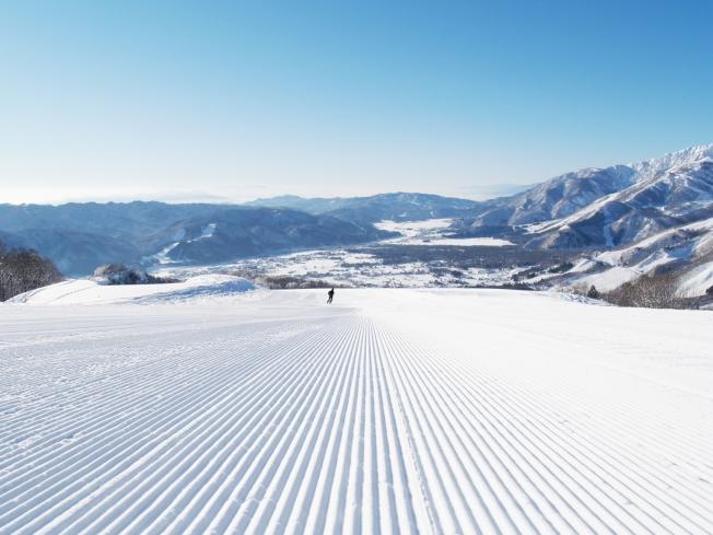 在白馬岩岳滑雪場,可以一覽白馬群山。(圖:東南旅遊提供)