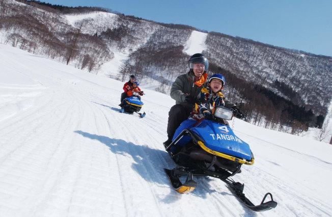 班尾高原滑雪場有雪地摩拖車、雪地香蕉船等遊樂項目,帶來不同的刺激感。(圖:高豐旅行社提供)