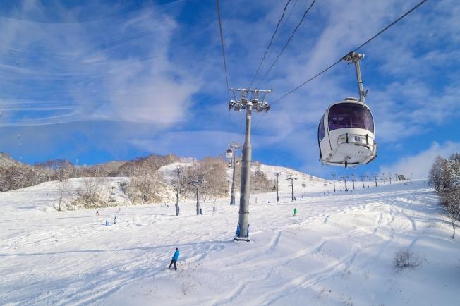 夕張滑雪度假村距離新千歲機場約55公里,提供有機場免費接駁巴士。(圖:夕張滑雪度假村提供)