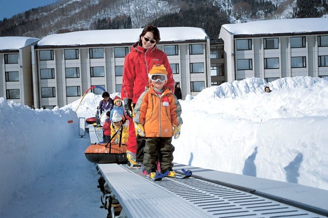 「電動步道」的設計,讓班尾高原滑雪場十分適合初學者練習基本功。(圖:高豐旅行社提供)