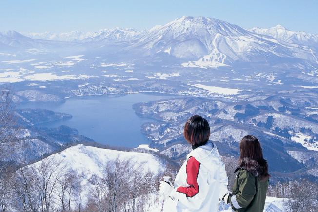登上班尾高原滑雪場高處,可遠眺妙高高原。(圖:高豐旅行社提供)