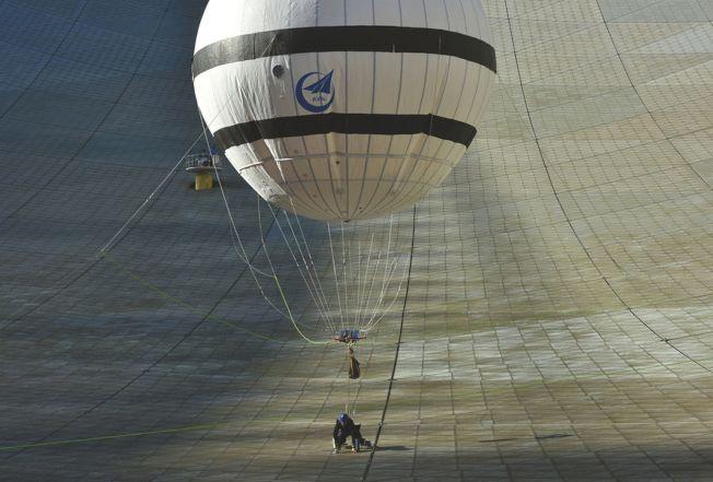 「微重力蜘蛛人」在中國天眼裡「飛簷走壁」。(取材自華西都市報)