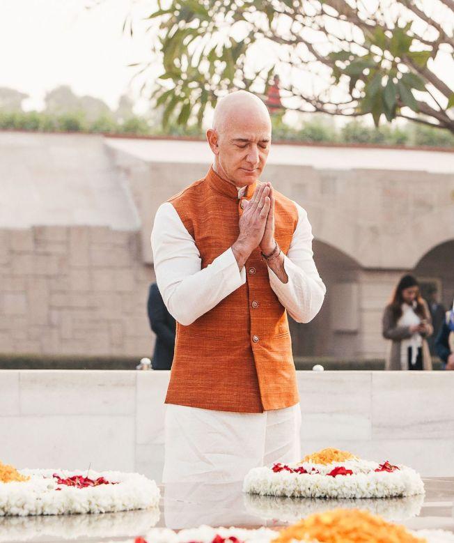 貝佐斯14日去印度國父甘地的陵寢謁陵。圖╱Getty Images