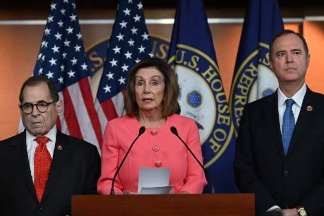 眾院議長波洛西15日抵達國會,宣布代表眾院對參院提出彈劾案的議員。(Getty Images)