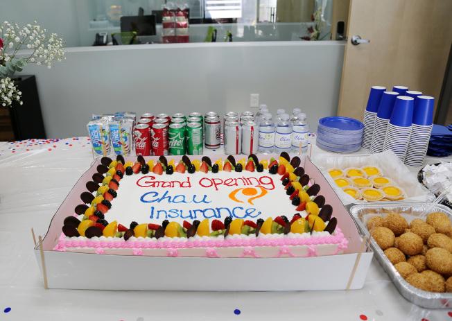 詹翠芬保險財務事務所新辦公室喬遷誌慶的特大蛋糕。
