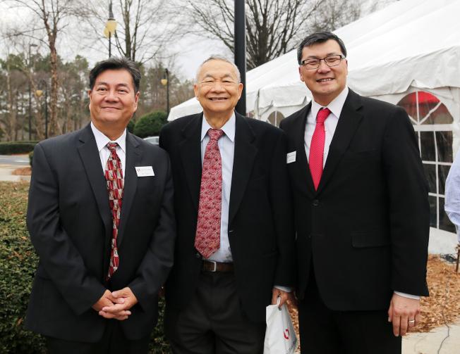 鼎信銀行資深副總裁兼零售和商業銀行主管邊銓(右起)和何智達醫師、商業貸款副總裁陳奕山(Ian Chen)。